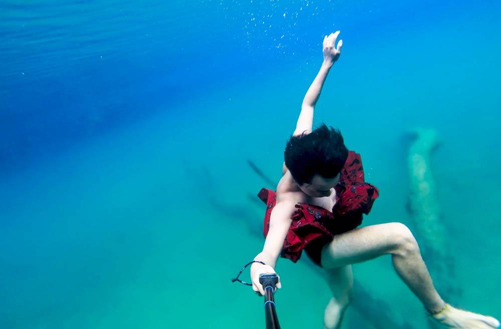 Dancin' under water.