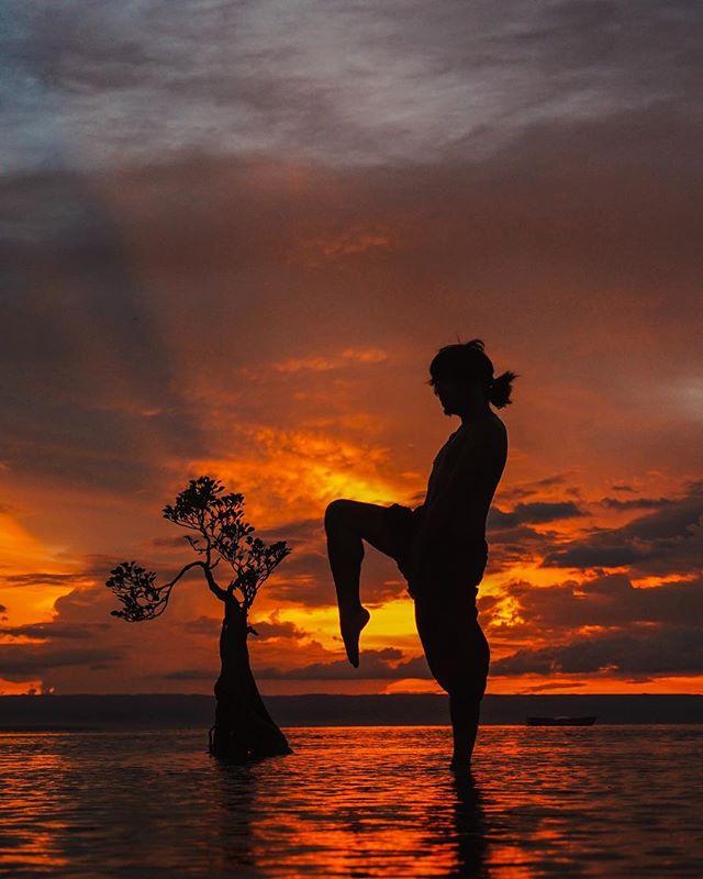 Tiap kali sunset-an  di pantai Walakiri, pasti selalu beda-beda, ga pernah sama. Yang gw paling suka dari sunset adalah melihat perubahan langit yang dari biru terang berubah jadi orange, merah, jingga dan yang akhirnya akan menjadi gelap - i dont know what and why tapi liat sunset bener-bener kaya terapi buat gw, salah satu momen yang ga pengen gw lewatin tiap kali pergi ke sebuah pulau atau gunung. . Kalian #teamsunset atau #teamsunrise ? Me = 100% #teamsunset :D #akujalanjalanloh