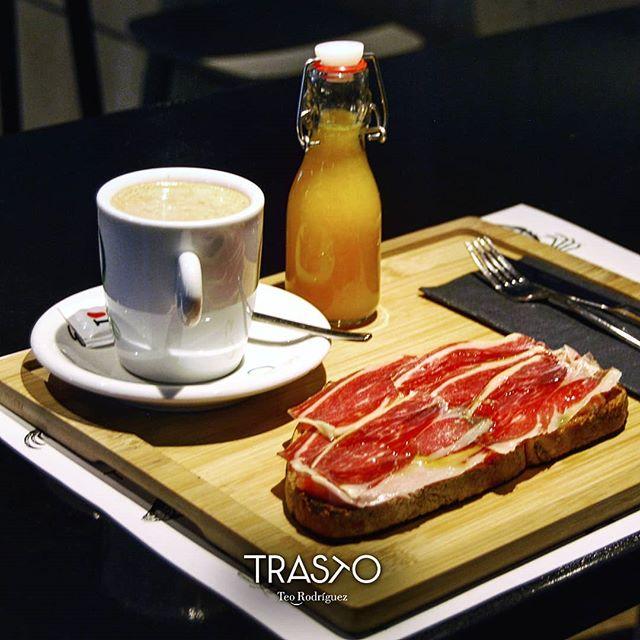 Tostada de pan payés con tomate y jamón ibérico ¿Desayunamos? ☕ . #desayuno #jamoniberico #TrastoRestaurante #panpayes #zumonatural #Valladolid #desayunomediterraneo #foodpics #tostada #RestaurantesValladolid