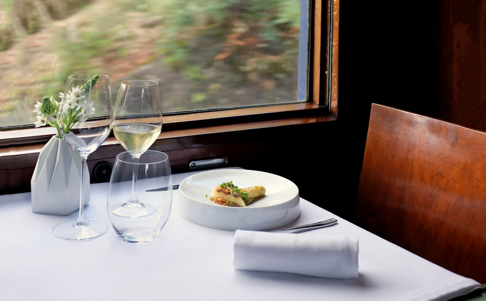 - Viagem de 9 horas a bordo do Comboio Presidencial Português (Porto-Vesúvio-Porto)..9 hour journey aboard the Portuguese Presidential Train (Porto-Vesúvio-Porto)Menu de degustação de 4 pratos criado por um Chef premiado ..4 course gourmet degustation menu by a Michelin starred ChefHarmonização de vinhos .. Wine harmonization1 lugar de viagem (cabines partilhadas de 2, 3 a 6 lug.) ..1 cabin seat (in shared cabins of 2, 3 or 6 passengers)1 lugar de refeição numa das carruagens restaurante (mesas de 4 pax) ..1 lunch seat at one of our restaurant carriages (in shared tables of 4 guests)