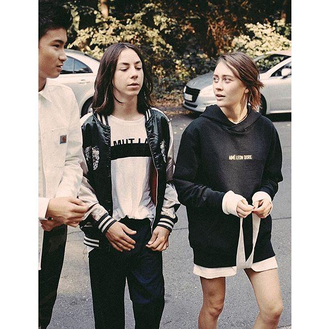 Du musst auffallen, Mann! Beim Fotoshooting für #dressedlikemachines zeigen sich Anand Batbileg, Tristan Göbel und Mercedes Müller von ihrer #derbestesommervonallen-Seite! #tschick #converse  Foto: © @StefanDotter
