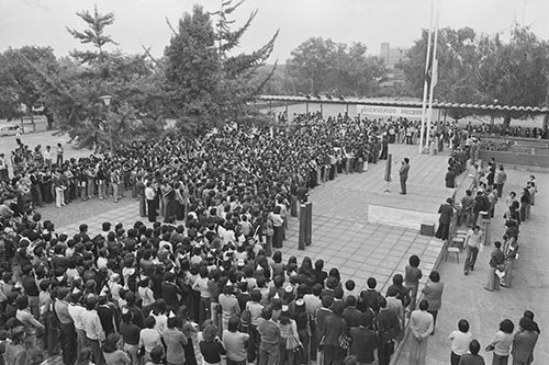 Ceremonia de bienvenida en semana mechona. 1976. (http://archivopatrimonial.usach.cl)