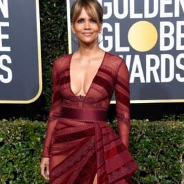 Halle Berry is a total smoke show!! I want a velvet sofa in this color with @ladygaga  dress color as my walls.  Whose dress is gonna be the curtains??? #goldenglobes2019 #ggawards