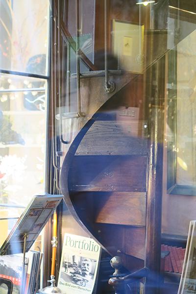 travellur_slow_travel_paris_tours_arcade_shopping_books_stairway.jpg