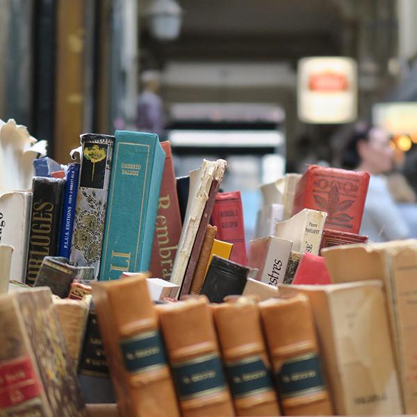travellur_slow_travel_paris_tours_arcade_books_shopping.jpg