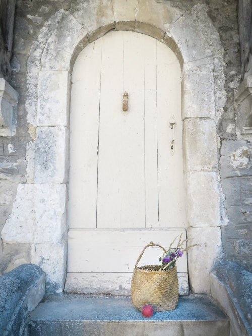 travellur_slow_travel_france_lavender_land_village_door_basket_peaceful.jpg
