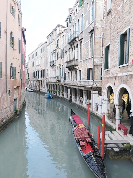 travellur_slow_travel_destination_venice_canal_gondola.jpg