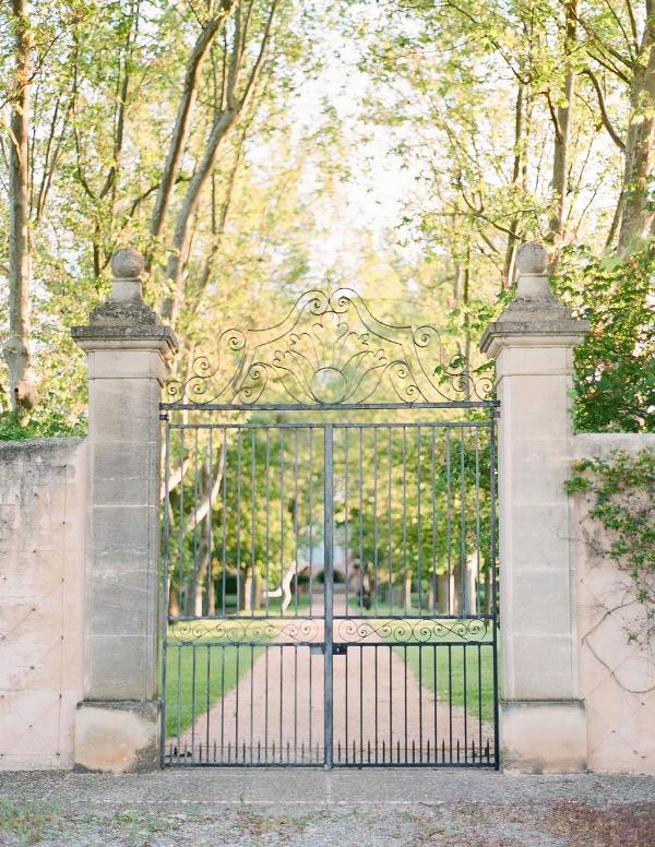 Copy of travellur_provence_wedding_venue_tour_entrance