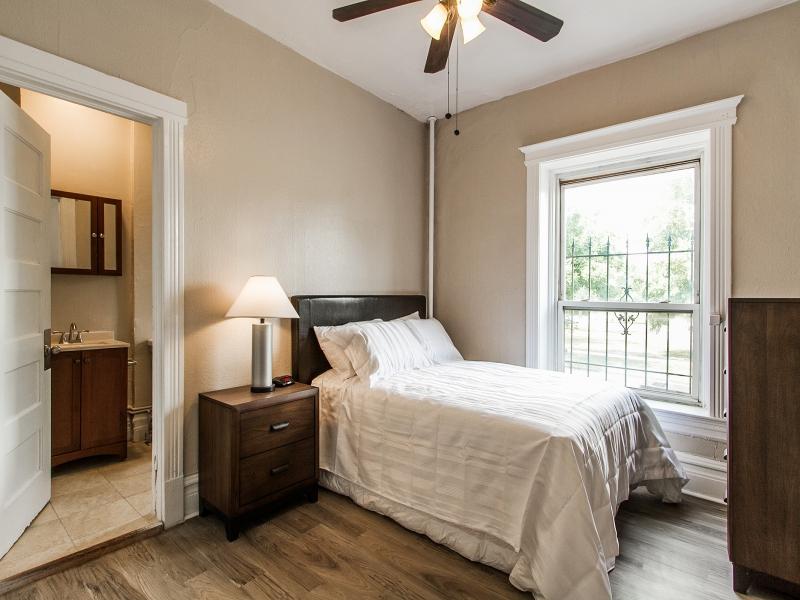 Bedroom_800x600_2397641.jpg