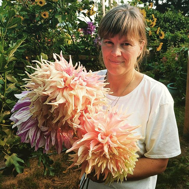 @hinterland_textiles has homegrown flowers, heirloom garlic & peppers today from 2-4pm!  Come grab some, say hi, and hang out 👋😊✨