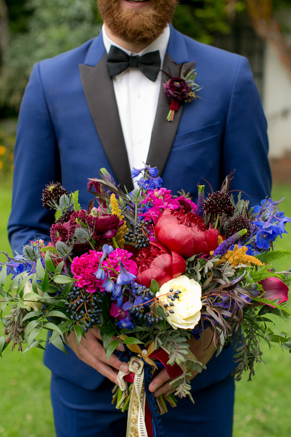 www.santabarbarawedding.com | Boone & Stacie Weddings | Santa Barbara Courthouse | El Paseo | Groom and Bouquet