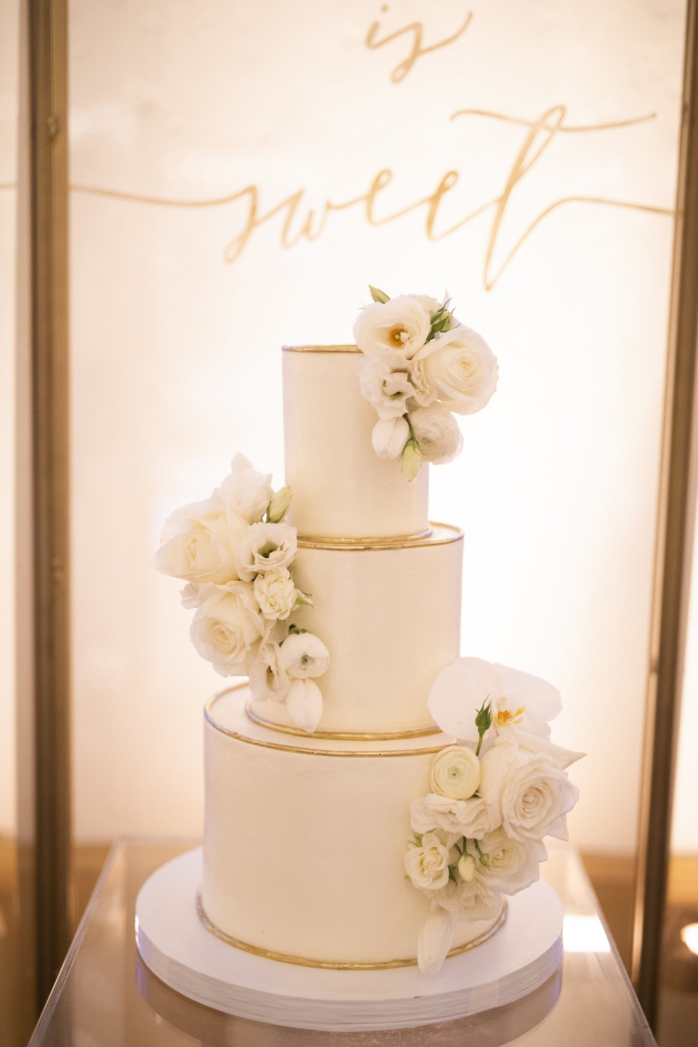 www.santabarbarawedding.com | gold cake | wedding cake | lilac patisserie | Makenzie Hollar