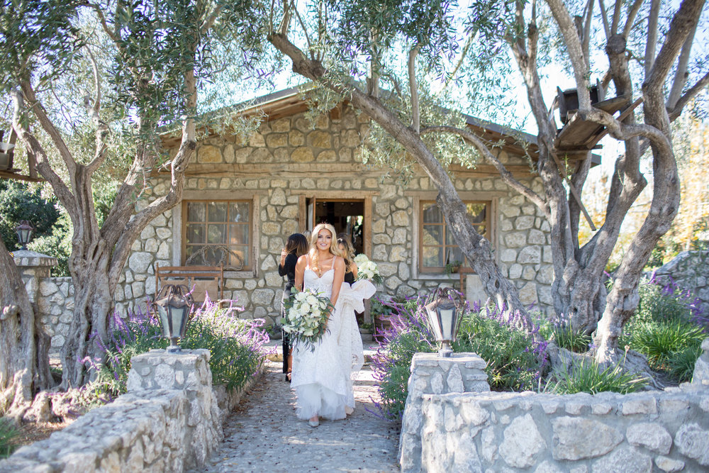 www.santabarbarawedding.com | Whispering Rose Ranch | Ann Johnson Events | Anna J Photo | Bride Leaving for Ceremony