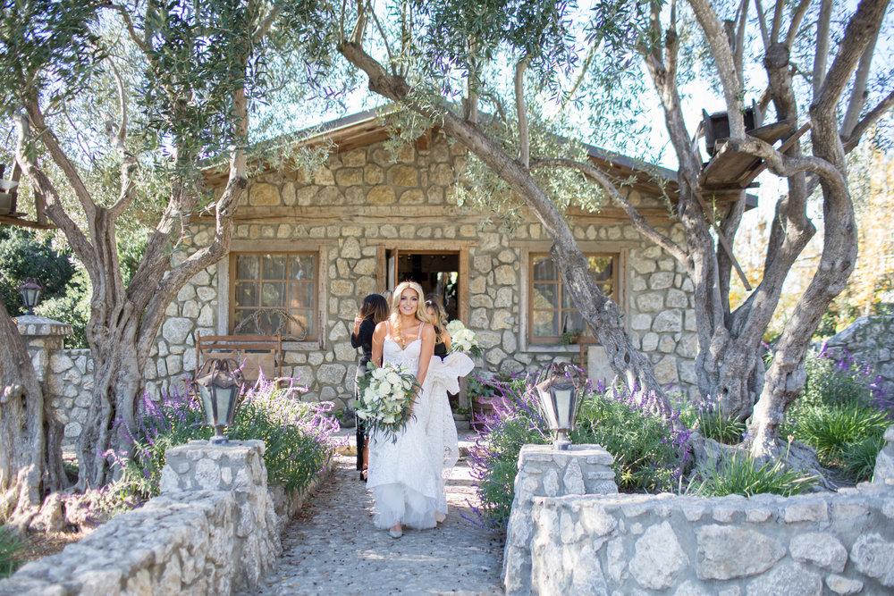 www.santabarbarawedding.com | Whispering Rose Ranch | Ann Johnson Events | Anna J Photo | Bride Leaving for Ceremony