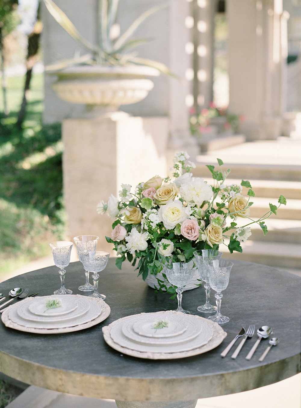 www.santabarbarawedding.com | Besame Floral | Carrie King Photography | Styled Shoot | Head Table