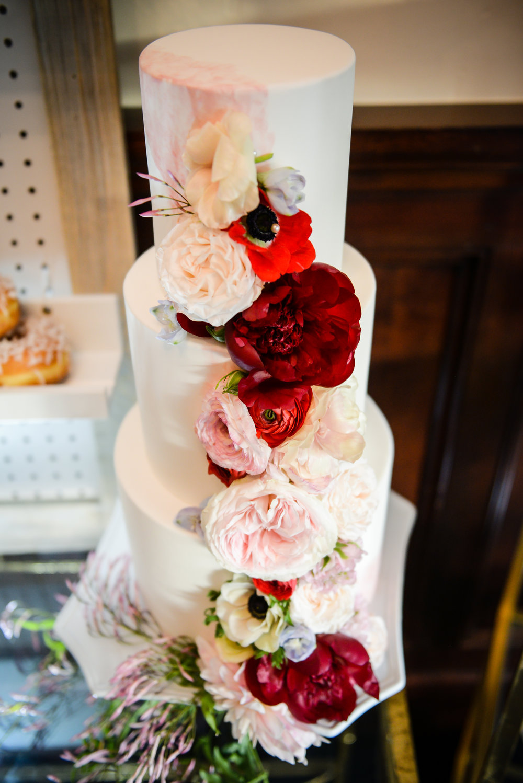 www.santabarbarawedding.com | Alice Keck Park | Santa Barbara Club | Half Full Photography | Wedding Cake