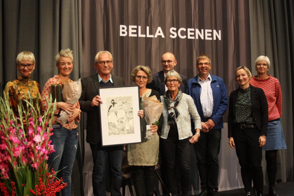 De Heslige Slønglers Klub på Bella Scenen.  Foto lånt fra Ibbys hjemmeside: http://www.ibby.dk/klods-hans-prisen-2018-di-heslige-sloenglers-klup/20181027-di-haeslige-sloenglers-klup-modtager-klods-hans-prisen-2018-32/