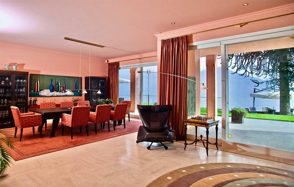 Grosses Wohnzimmer mit direktem Zugang zur Terrasse und Blick auf den Lago Maggiore