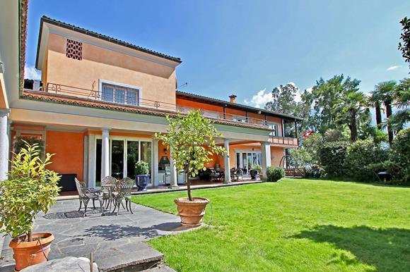 Superba Villa Cigno di ultra lusso in riva al lago Maggiore in Svizzera da vendere