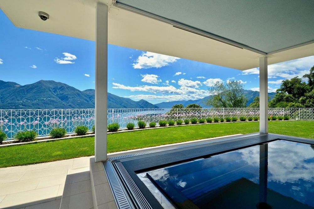 Blick vom Swimming Pool zum Lago Maggiore, Design-Villa in Brione Sopra Minusio, Tessin, Schweiz zu verkaufen