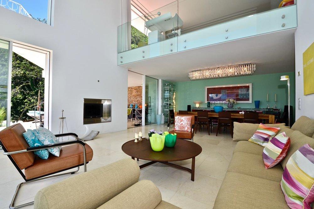 Wohnzimmer mit grossen Fenstern und Galerie, Design-Villa in Brione Sopra Minusio, Tessin, Schweiz zu verkaufen