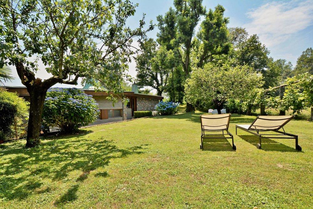 Bellissimo, ampio & curato giardino su svariati livelli