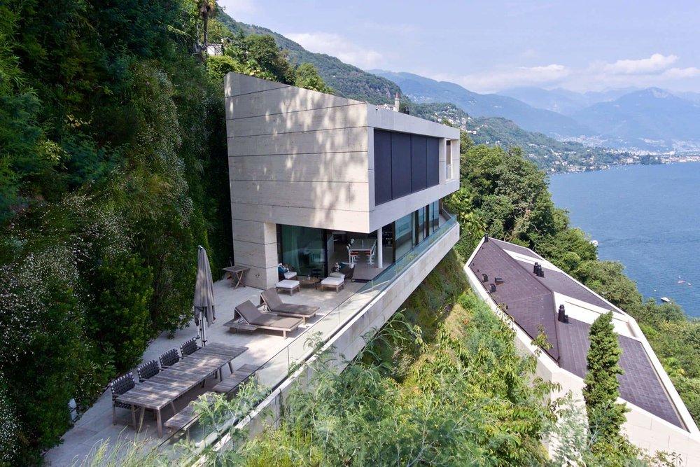 Blick von oben auf Luxuswohnung und Lago Maggiore, Tessin, Schweiz