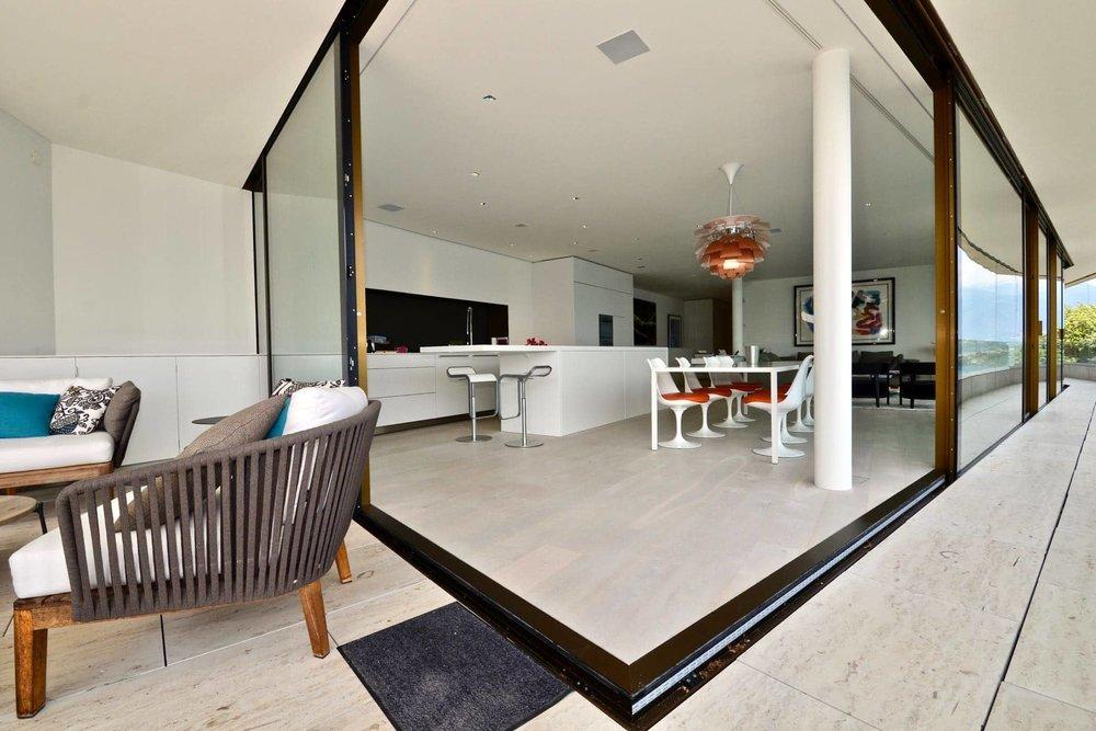 Blick von der Terrasse auf Luxuswohnung im Tessin mit Seesicht zu verkaufen