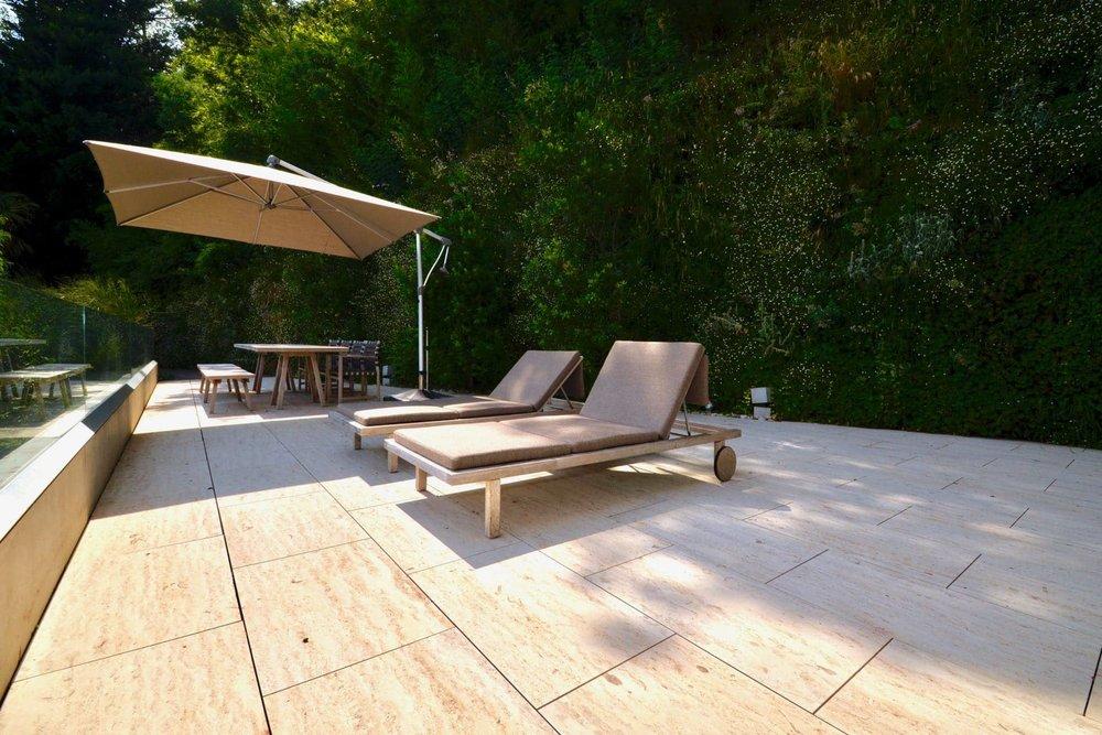 Blick auf die Terrasse, Luxuswohnung im Tessin mit Seesicht zu verkaufen