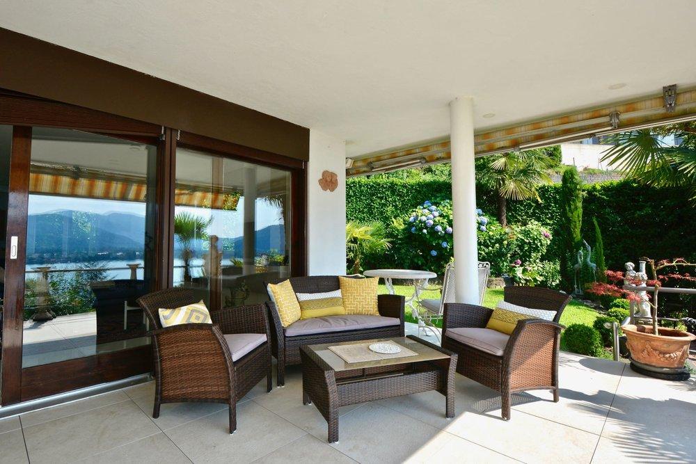 Schöner Portico mit direktem Zugang zum privatem Garten.Duplex-Appartement in Montagnola, Tessin, Schweiz zu verkaufen mit herrlicher Seesicht auf den Lago di Lugano.