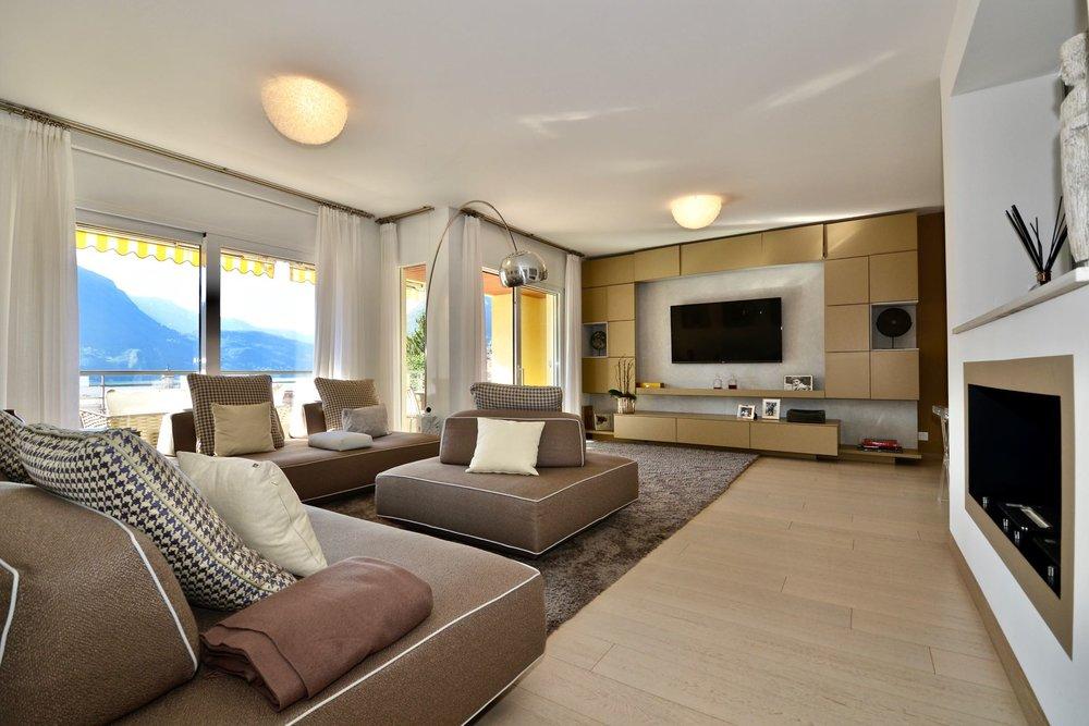 Grande soggiorno. Vista della terrazza su lago. Appartamento moderno, centralissimo a città di Lugano da vendere con vista sul Lago di Lugano mozzafiato.