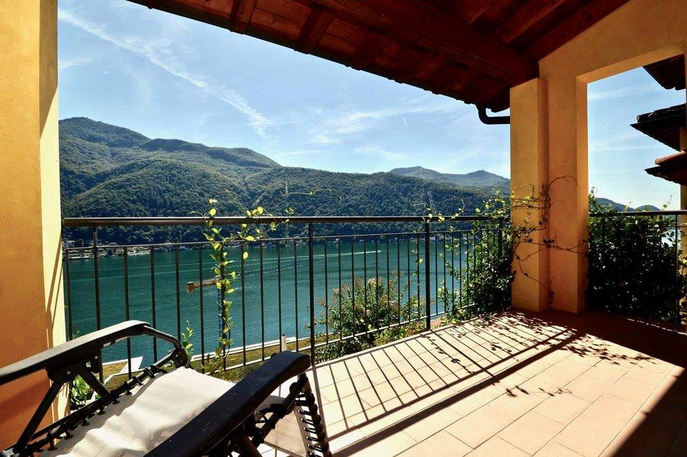 Überdachte Terrasse mit 180° Seeblick in der oberen Etage, Wohnung in Morcote, Schweiz zu verkaufen.