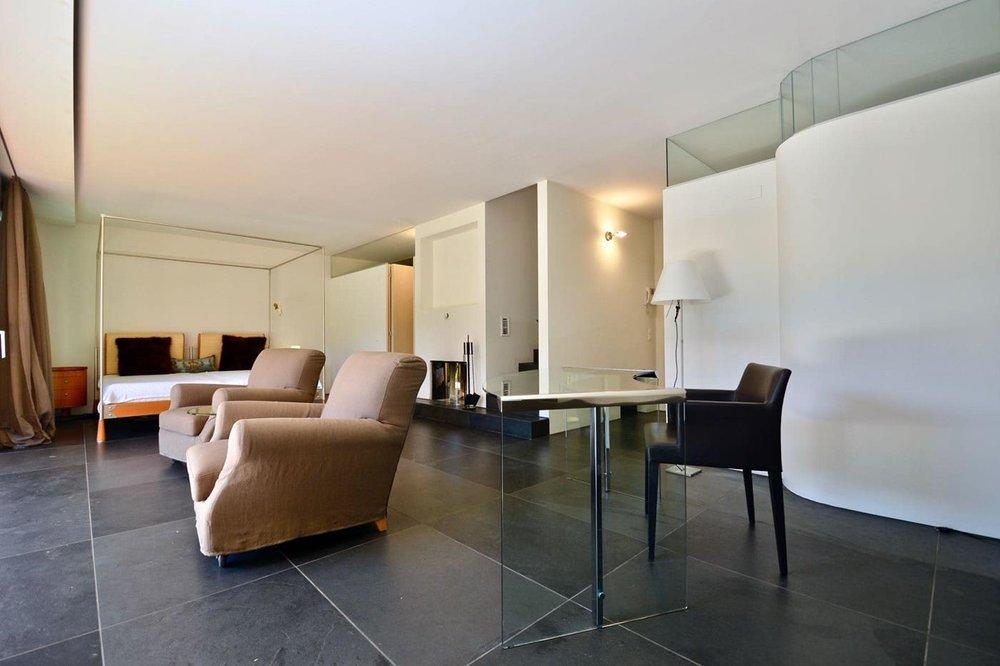 Grosses Schlafzimmer mit begehbaren Kleiderschrank & Kamin