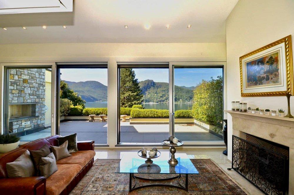 Grosses & helles Wohnzimmer mit doppelter Raumhöhe
