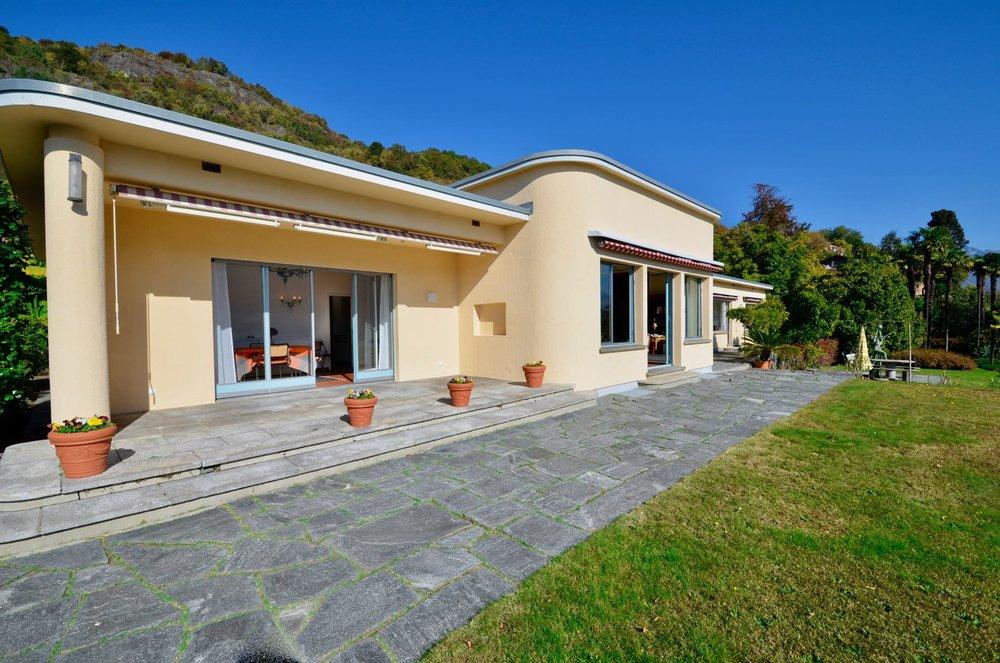 Vista sulla villa in stile Bauhaus in posizione ideale a Ascona, Svizzera da vendere