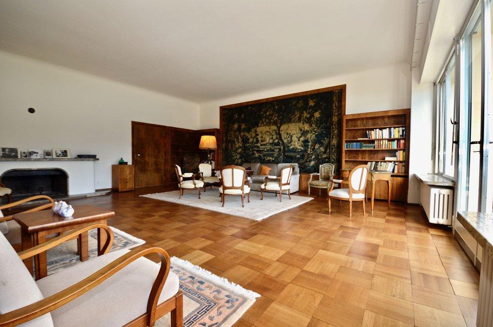 Vista della villa dal giardino in stile Bauhaus in posizione ideale a Ascona, Svizzera da vendere