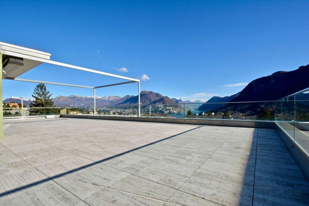 Grande terrazza,appartamento moderno con bella vista al Lago di Lugano, Ticino in vendita