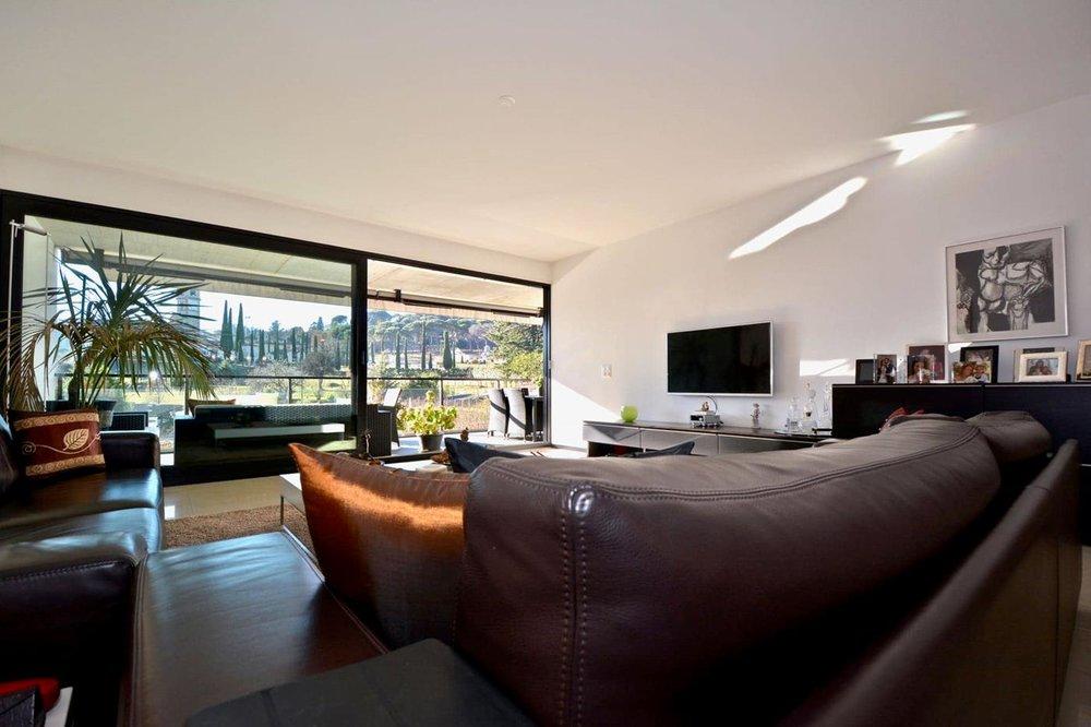 Helles Wohnzimmer, Wohnung in Gentilino nähe Lugano, Schweiz zu verkaufen