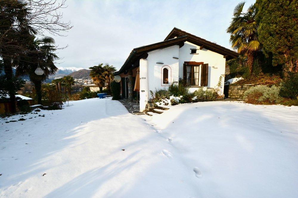Villa mit Garten und Seeblick.jpg