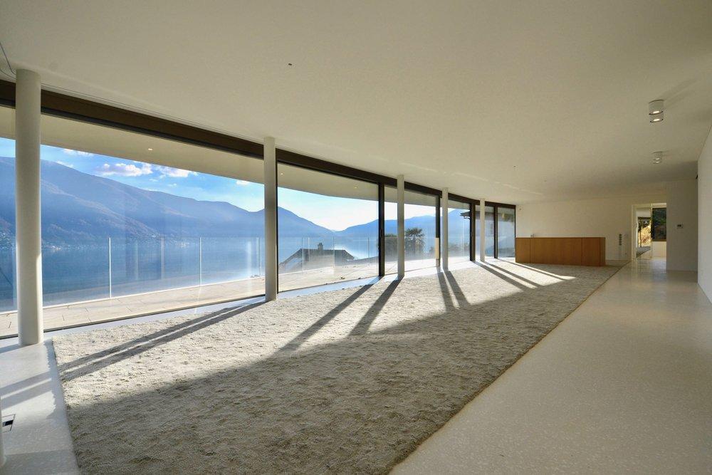 Soggiorno grande e luminoso. Appartamento attico in zona dominante ad Ascona, Svizzera, in vendita con vista sul Lago Maggiore