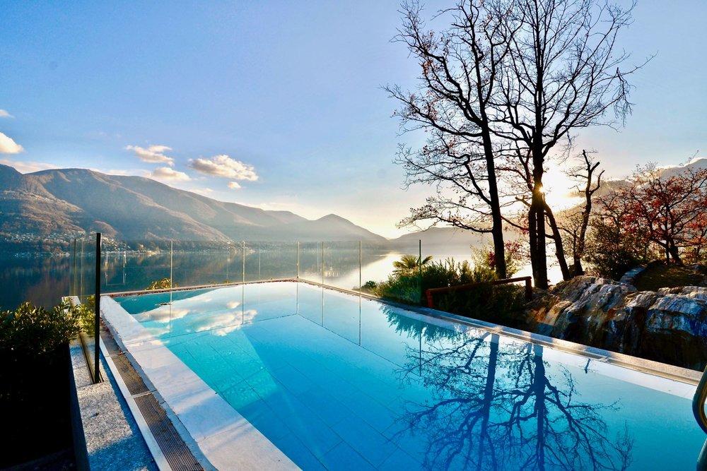 Piscina con splendida vista sul Lago Maggiore. Appartamento attico in zona dominante ad Ascona, Svizzera, in vendita con vista sul Lago Maggiore.