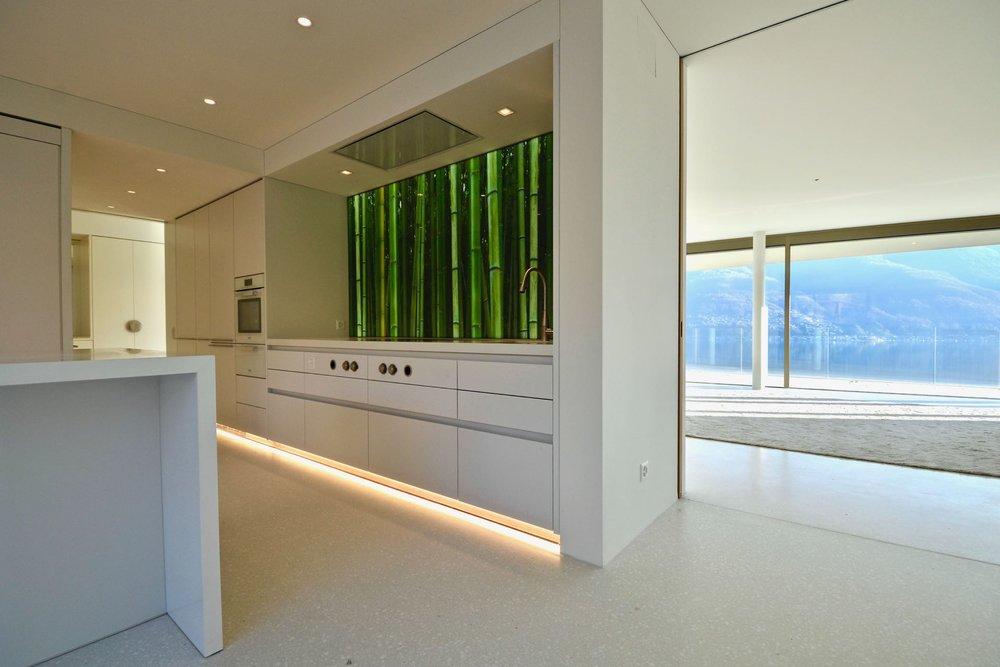 Cucina luminoso e moderno. Appartamento attico in zona dominante ad Ascona, Svizzera, in vendita con vista sul Lago Maggiore.