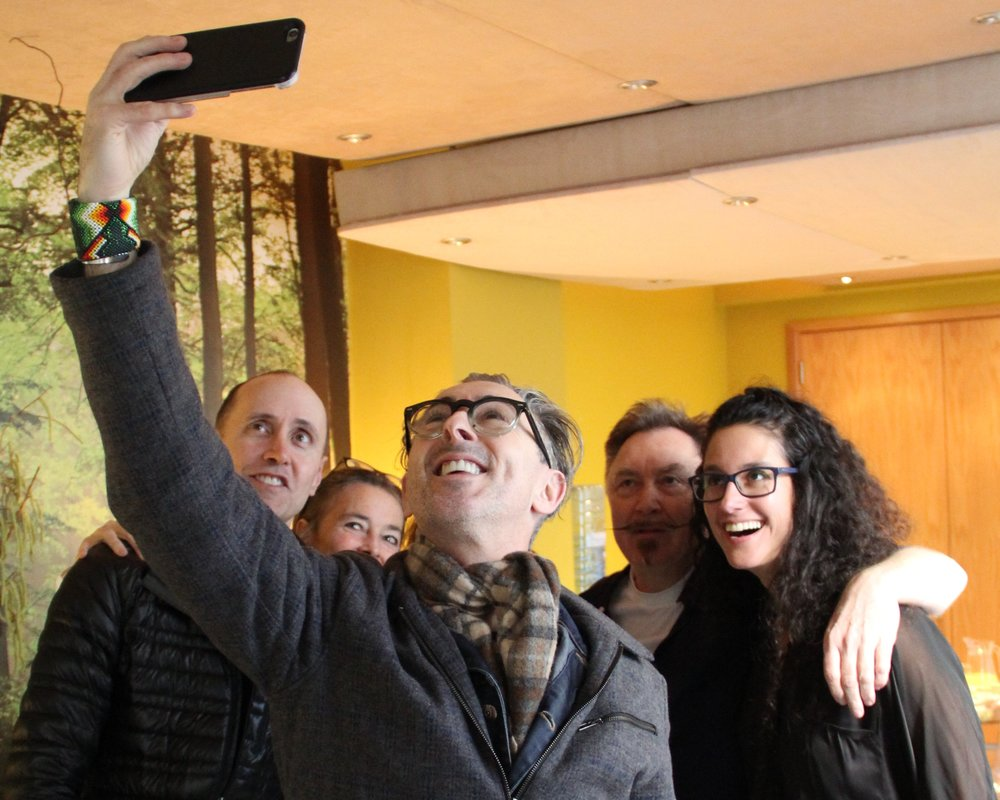 Alan Cumming takes a group selfie, (c) Dan Vo, Heavy Entertainment.