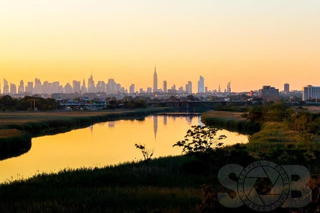 Early morning, just before the sun rising over the city as seen from the Meadowlands in New Jersey. _________________________________  #sobphotography #midtownmanhattan #newyork #sunrise #shadows #newyorkcity #commutinglife #nyc #cityscape #thecityvibe #newjersey #meadowlands #empirestatebuilding #thecityvibe