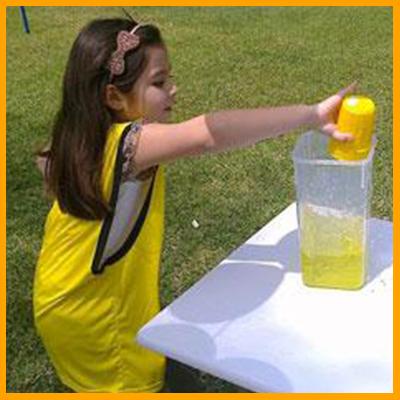 Consiste en correr con un vaso con agua hasta la meta y llenar un cilindro (con agua colorada); el equipo que lo llene más rápido es el equipo ganador. (Duración 10 min aprox) Reglas: No tapar el vaso al correr.