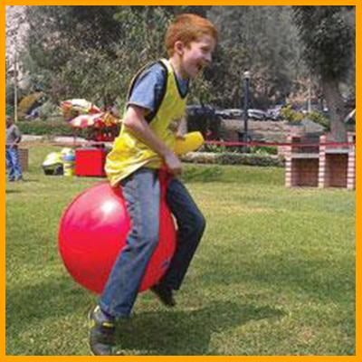 Los participantes irán saltando en nuestras pelotas canguro con un palitroque en la mano hasta la meta, para luego insertarlos en nuestras canastas de colores. (Duración 10 min aprox). Reglas: Saltar todo el tiempo sentado y no caminar con el canguro.