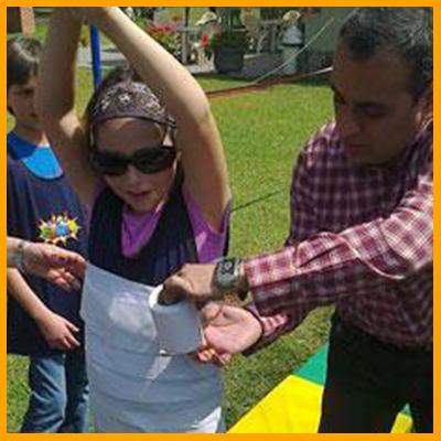 Usando la creatividad y el trabajo en equipo, los equipos envolverán a un representante con un rollo de papel higiénico. Luego le colocaran accesorios para que la momia más creativa sea la ganadora. (duración 10 min aprox)
