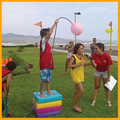 Los participantes de cada color tendrán que contestar preguntas de cultura general mientras un globo gigante se irá inflando sobre sus cabezas, el globo estará lleno de harina, pica pica o agua. El equipo que tenga más preguntas correctamente contestadas será el ganador. (Duración 12 min aprox)