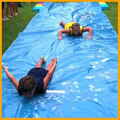 Este juego consiste en correr y deslizarse sobre una malla de plástico de 10 metros. El concursante que mas lejos llegué será el ganador. La malla es previamente mojada y esparcida con jabón líquido para cuerpo. (Duración 7 minutos aprox) Reglas: Usar el casco y chalecos de seguridad