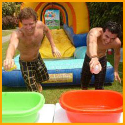 (INFLABLE adicional 250 soles) . Este juego consiste en deslizarse por nuestro ¨deslizador inflable¨ con un globo de agua en la mano para caer en una mini piscina con agua y depositar el globo en nuestras bateas de colores. Al estilo de postas, los equipos tendrán que terminar de llevar los globos más rápido posible para tener un ganador. El inflable es previamente mojado y esparcido con jabón líquido para cuerpo. (Duración 7 minutos aprox)
